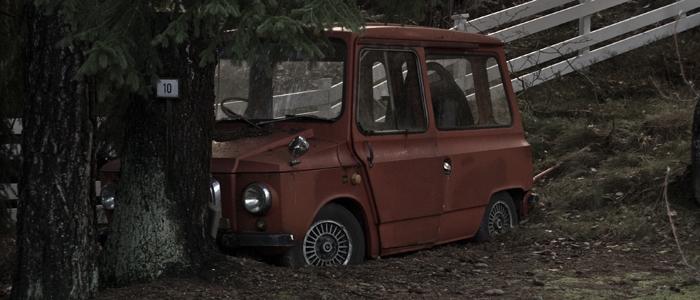Önskar jag visste vilken typ av bil det var. Kanske en sån där tysk bil som alla hade runt andra världskriget? Då när alternativen var rätt få.