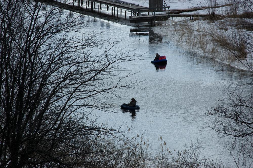 """Otroligt inspirerande grabbar som var nere vid bron och fiskade. Man blev lite avundsjuk på de häftgia små """"båtarna"""" och deras helt fantastiska tålamod."""