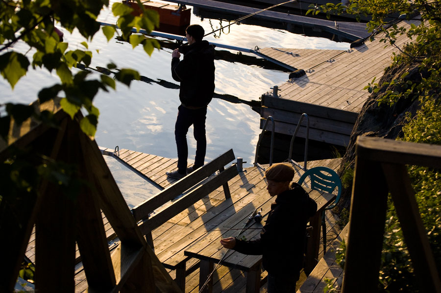 Nere vid båtbryggan och fiskar