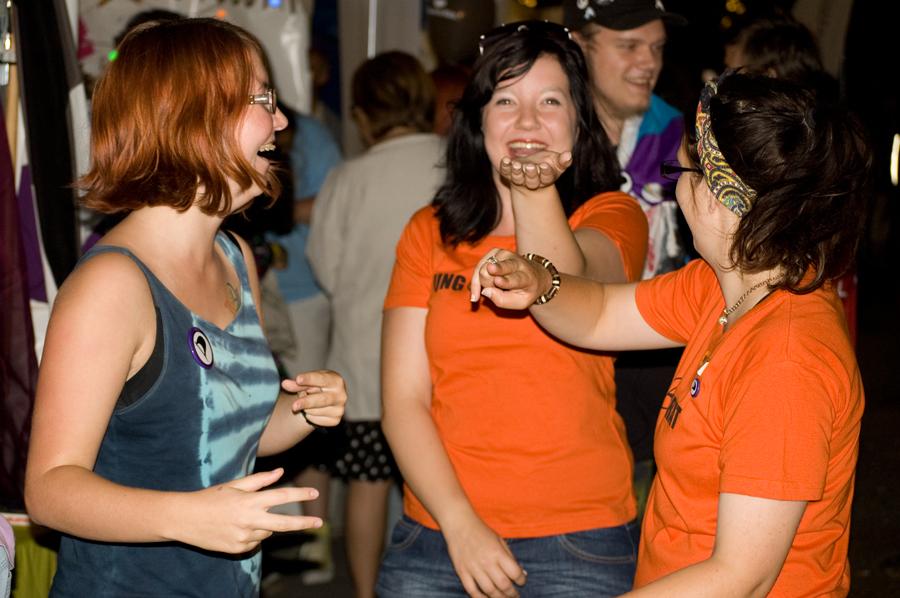 Carolina, Malin och Louise dansar utanför pirattältet till musiken från stora scenen