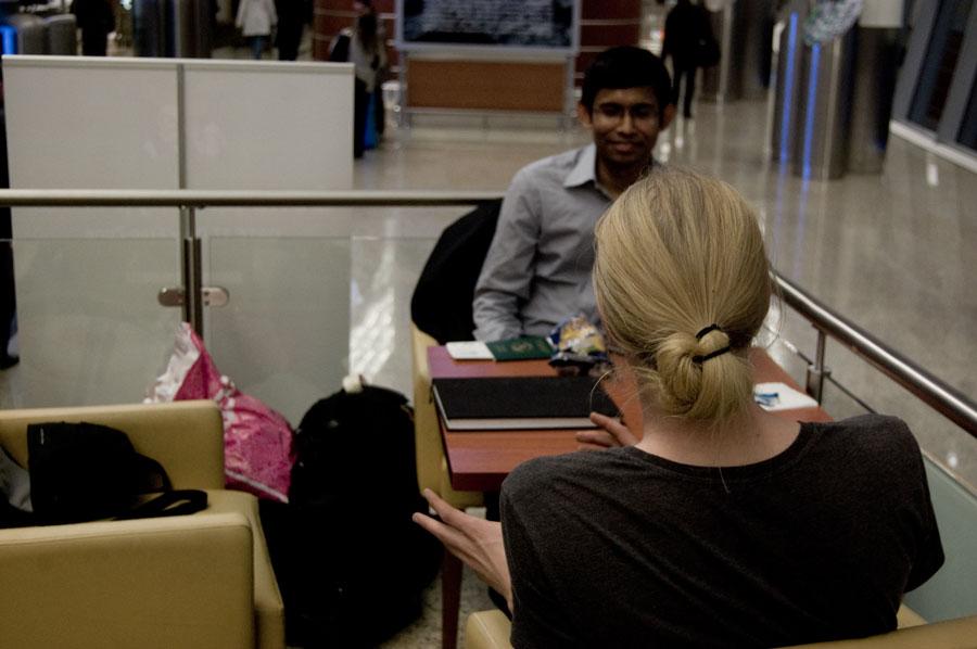 Joakim och Apu i livlig disskussion om västerlänningarnas överkonsumtion