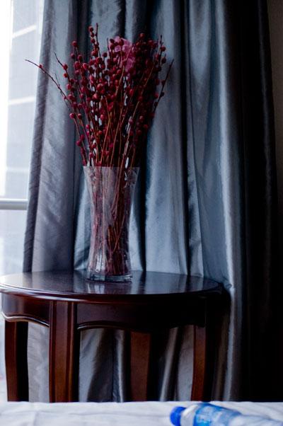 Dekoration i vårat sovrum. Lite julrött måste ju in i inlägget..