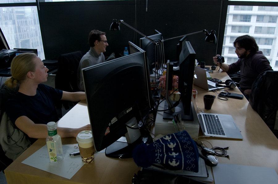 Till vänster om Joakim sitter franska Arvi och framför honom sitter Jaque. Ganska fransk han med..