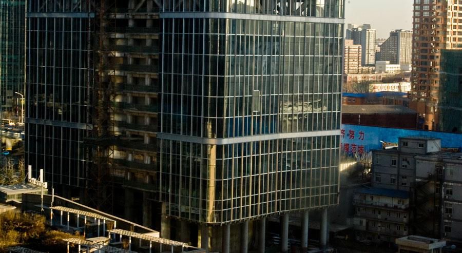 Sovrumsutsikten är bland annat huset här som håller på att byggas. Ser du fönstret som hissas upp?