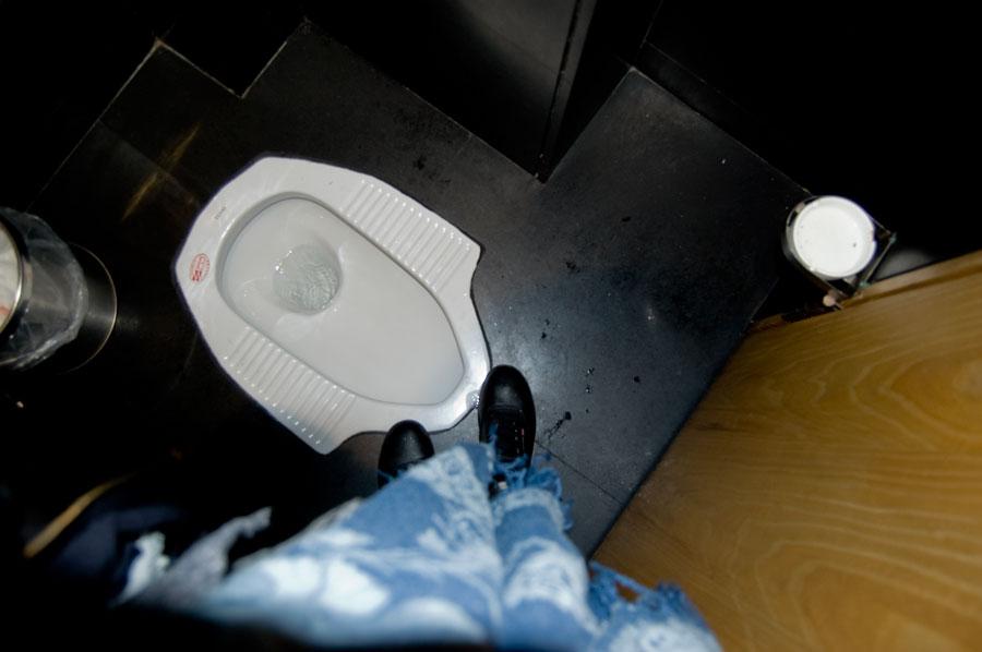 Yes, du kan sitta och skita och röka samtidigt. Askkopp till höger i bilden, men till vänser om dig när du sitter och hukar. Finns även på herrarnas på kontorets toaletter berättade Joakim.